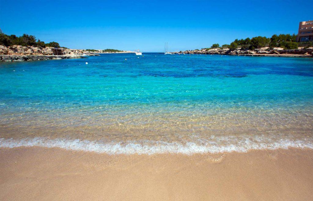 Spiaggia e mare di Playa Port d'Es Torrent, Ibiza, Spagna - AndyBanfi.com