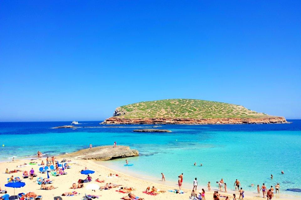 Spiaggia e mare di Cala Comte, Ibiza, Spagna - AndyBanfi.com