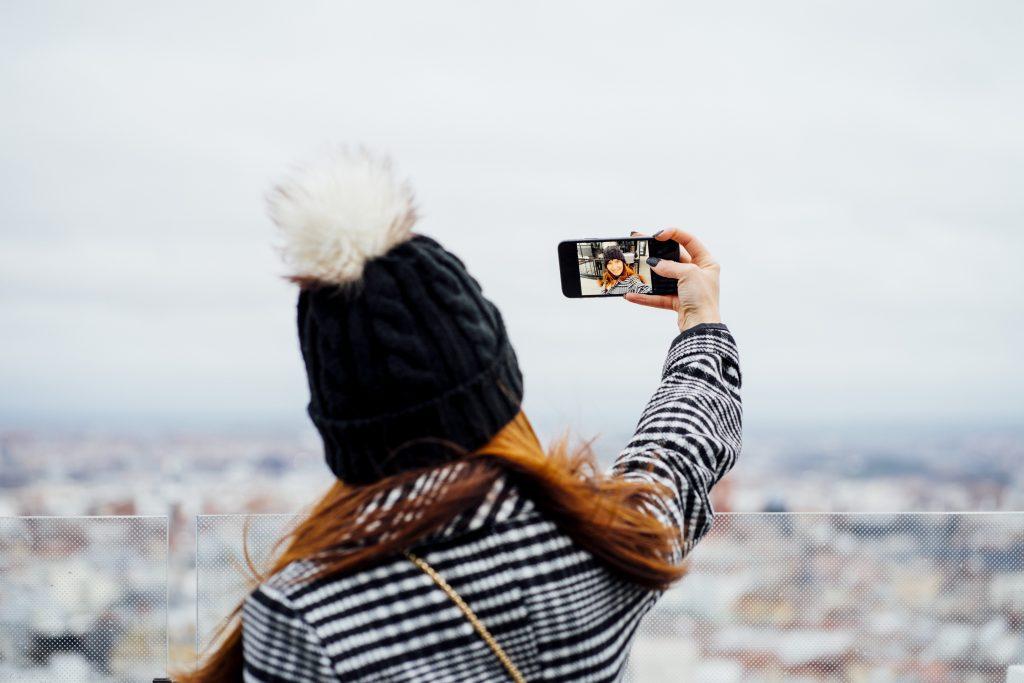 Ragazza che si fa un selfie da pubblicare su Instagram. Come pubblicare su Instagram da pc