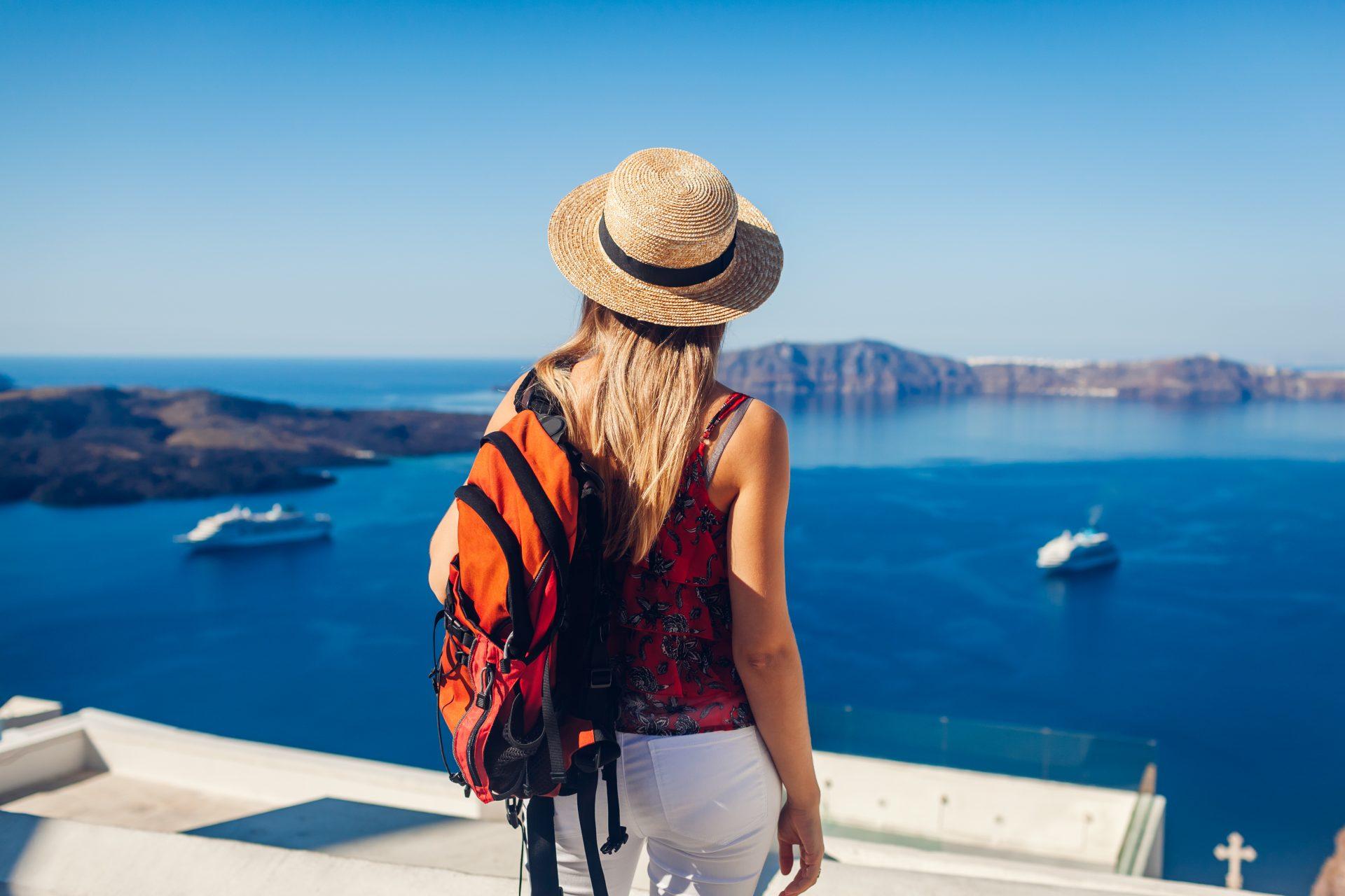 ragazza che guarda il mare, vacanze per single